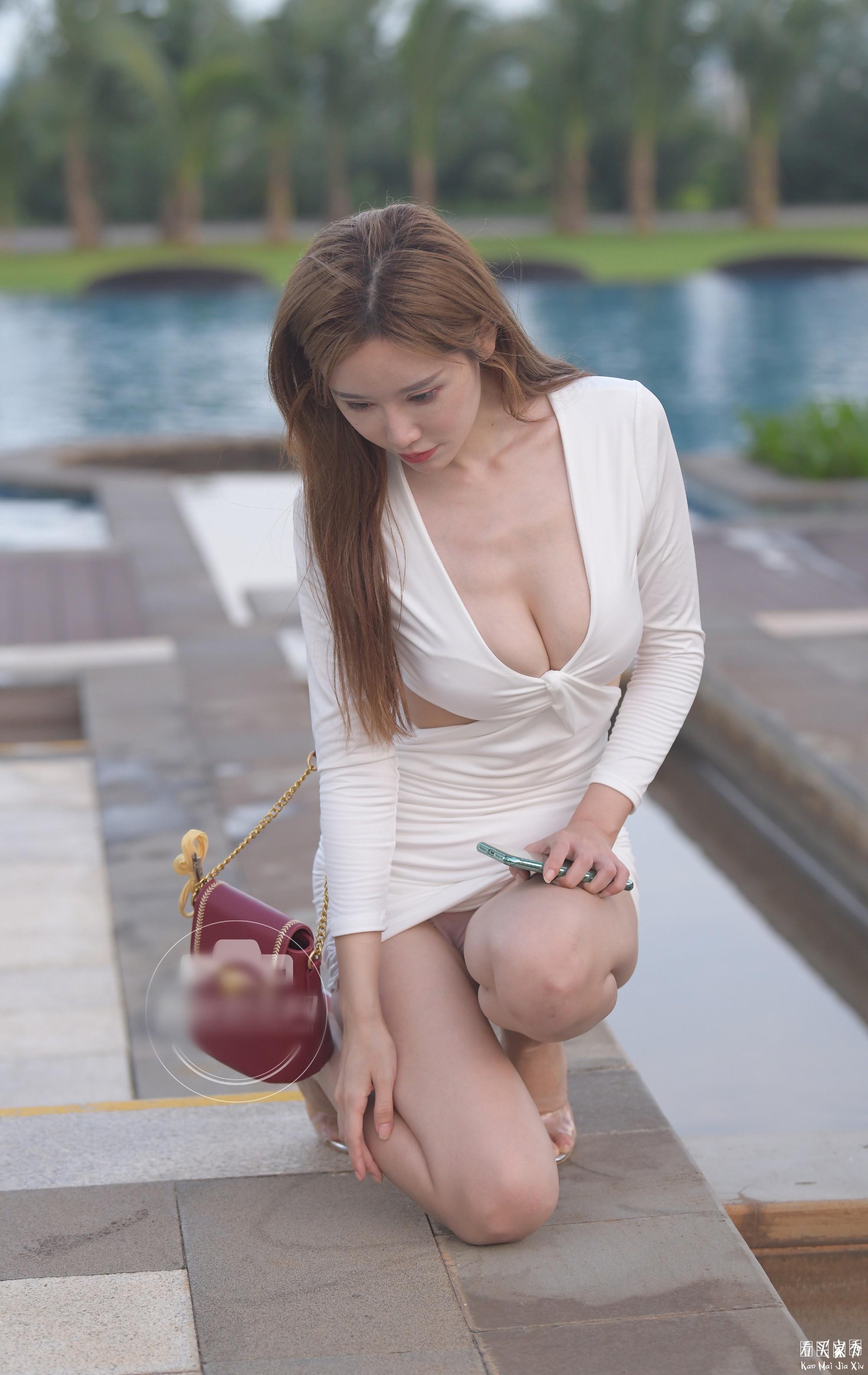 [街拍美女]裙子太短弯腰露胸,内裤清晰可见,臀部完全包不住