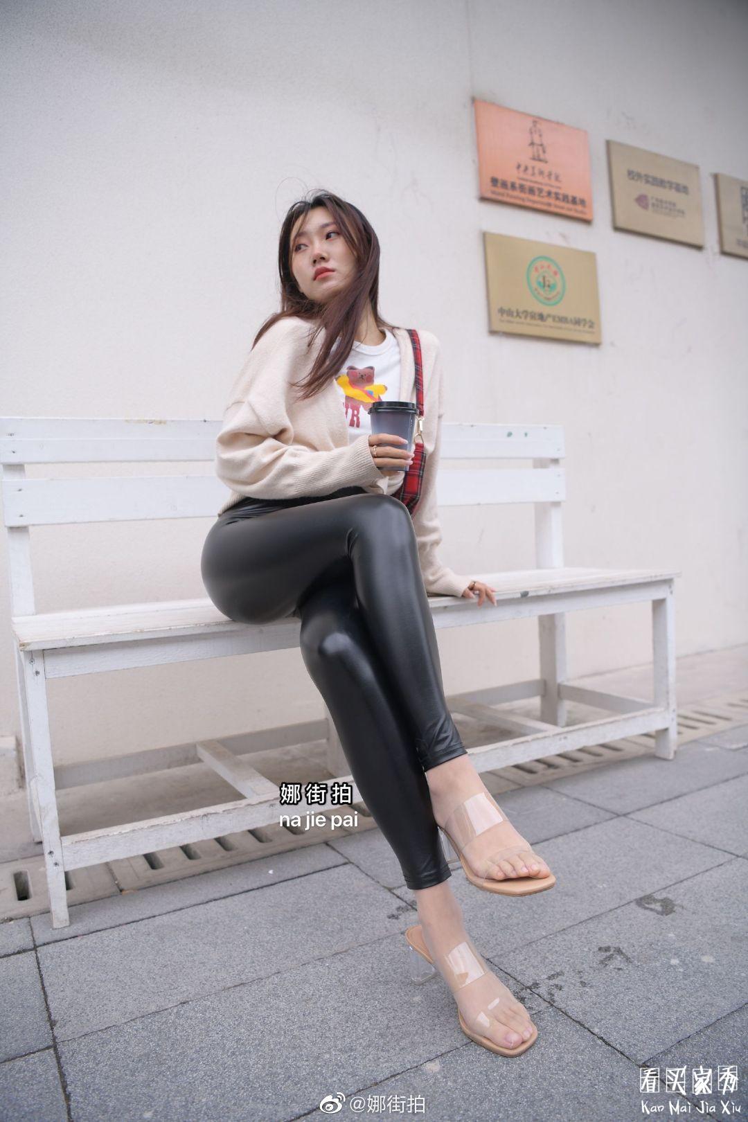 [街拍美女]街拍黑色哑光紧身裤美女