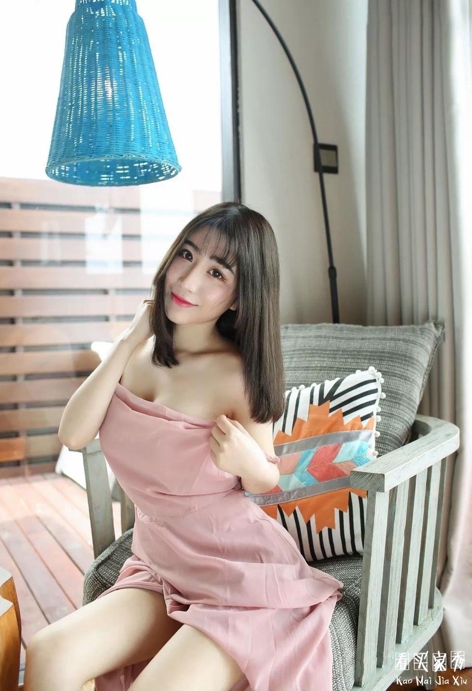 小姐姐依稀粉色吊带裙买家秀,仙女味十足,就是为什么老把裙子掀起来拍照呢?2