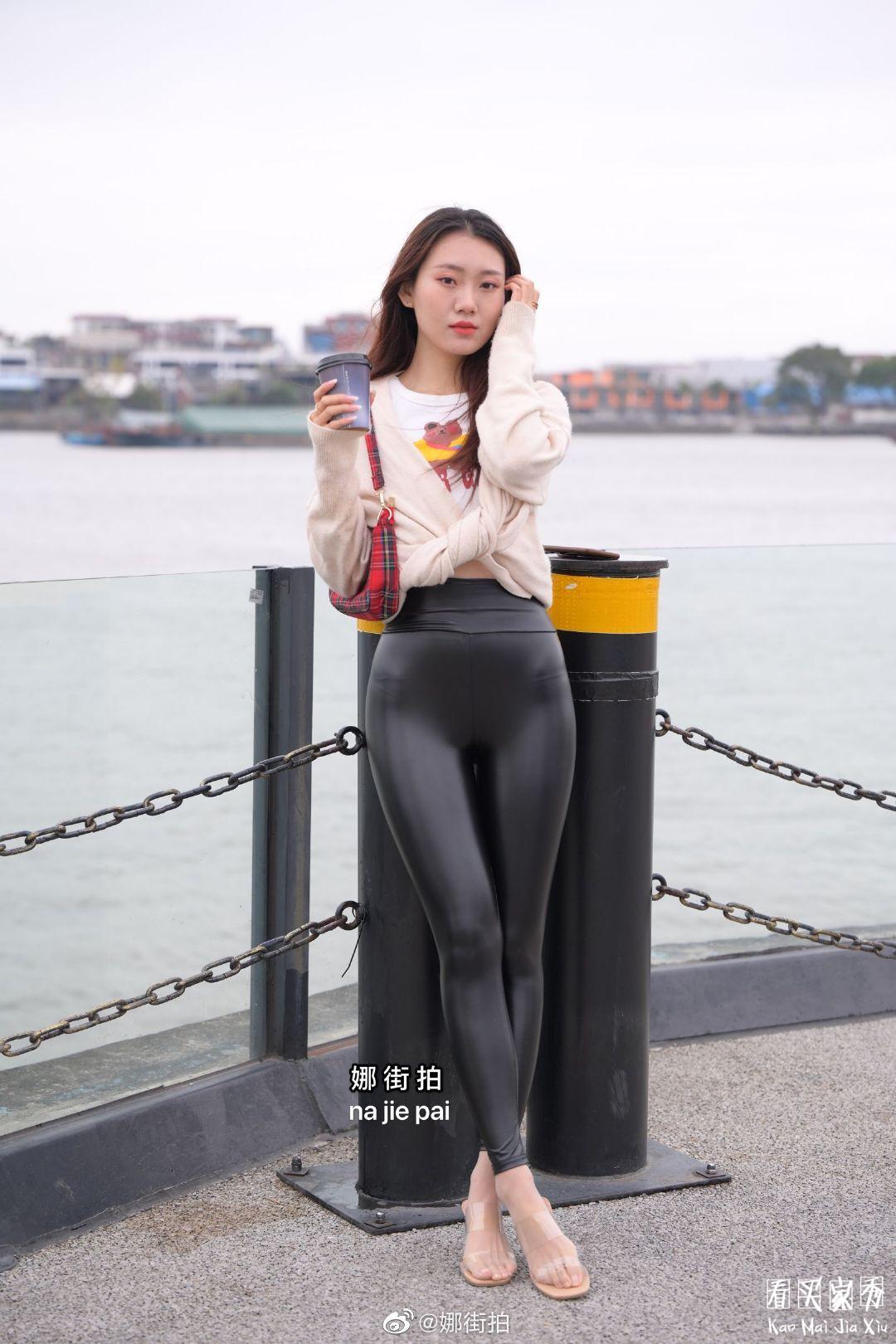[街拍美女]街拍黑色哑光紧身裤美女4