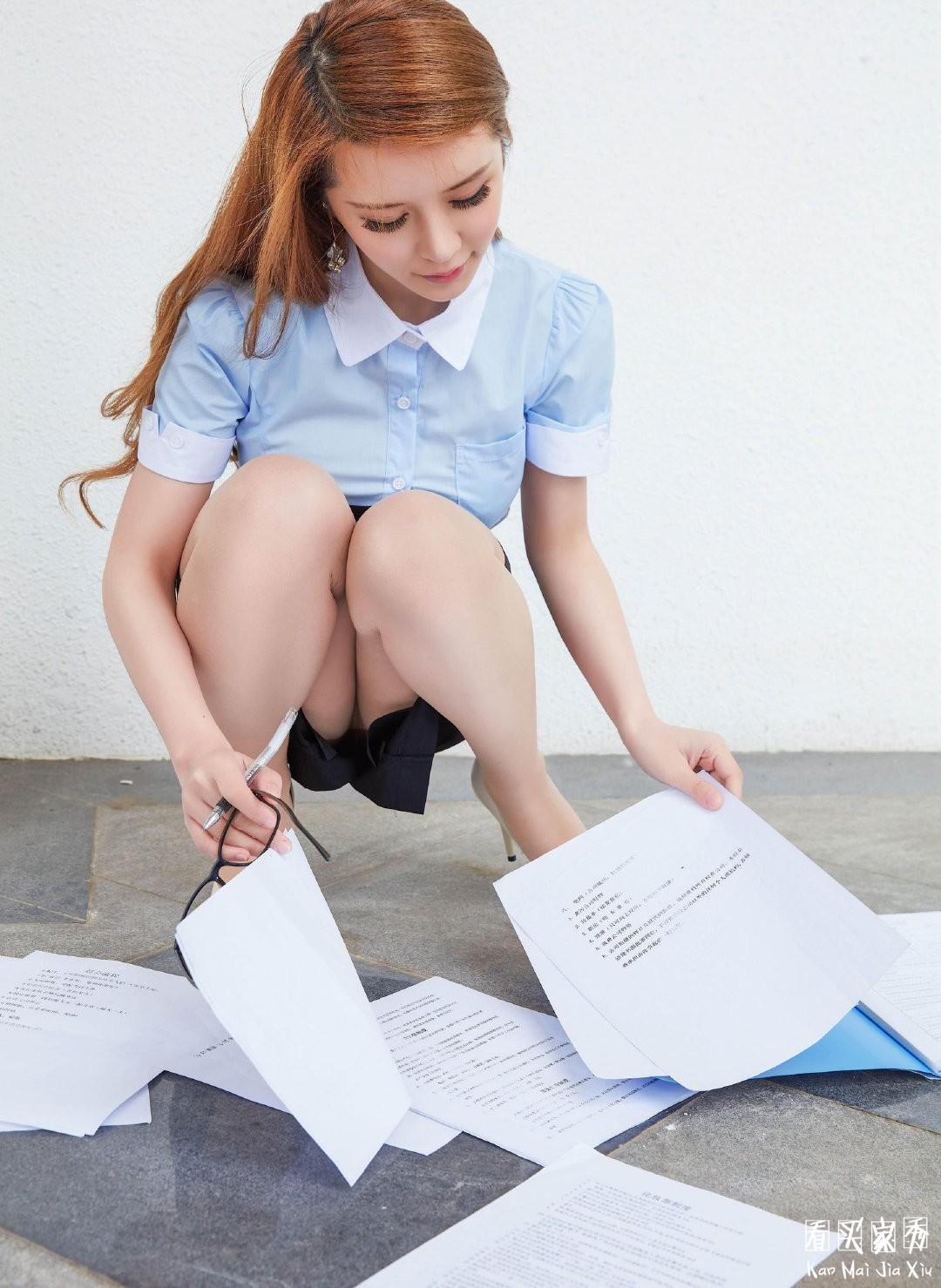 [微博福利]秘书制服写真美图,你越有钱你的秘书腿越长