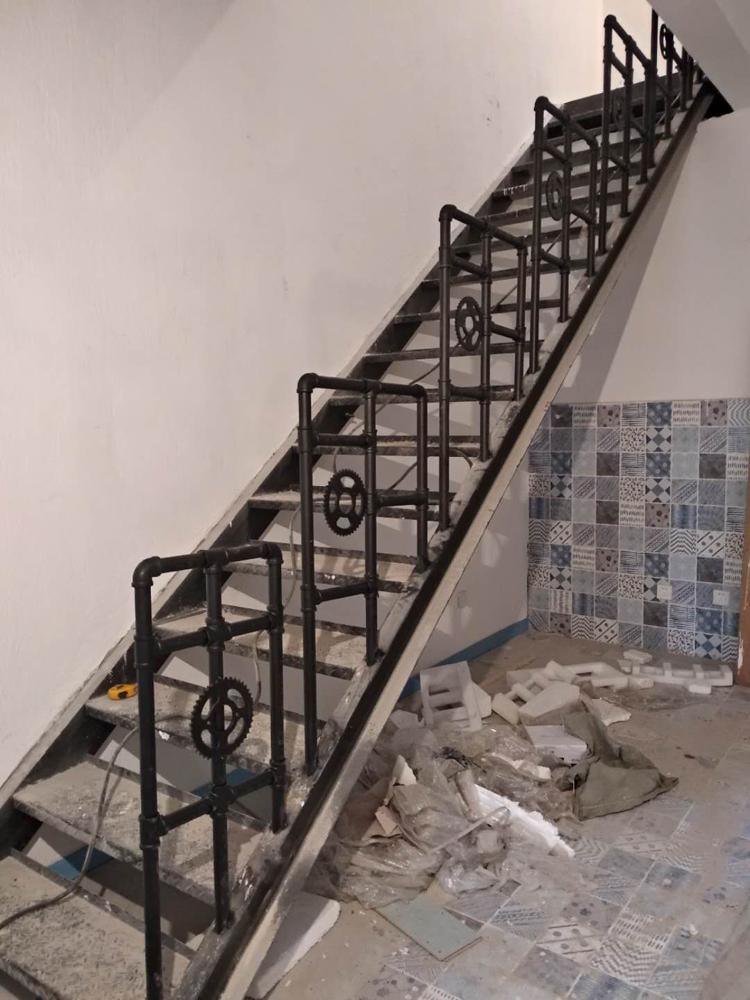 復古水管楼梯扶手护栏咖啡饭厅阁楼酒吧做旧栏杆阳臺室内旋转围栏详细照片