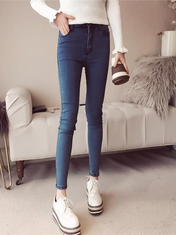 敲喜欢这条裤子,时尚又显瘦。视觉上显高挑,显大长腿。流畅的剪裁,贴合腿部,显瘦效果zhen心赞,同时厚薄适中,包容性好,属于合身的廓形,穿着没有紧绷感与负担感,搭配针织衫就很有型。