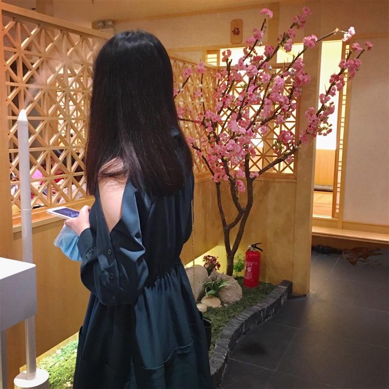 于momo早秋韩版时尚露肩气质宽松收腰小翻领长袖纽扣墨绿色连衣裙