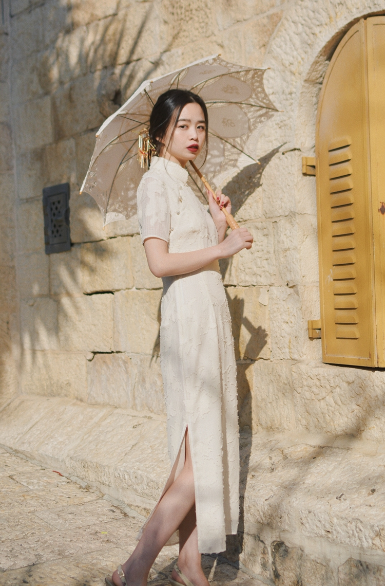 中国女孩子出去还是穿古典元素的衣服,真的很吸睛啊