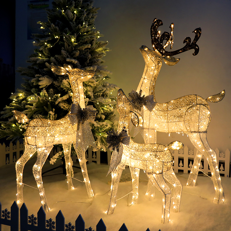 The indoor and outdoor window scene of the Yeezy Decoration Mall Hotel is set up by a family of three's glowing iron-encumpted Yeezy deer