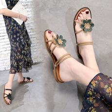 Female spring 2019 new Korean version of the flat flower fashion wear sandals a pair of shoes wearing sandals out of the toe slippers