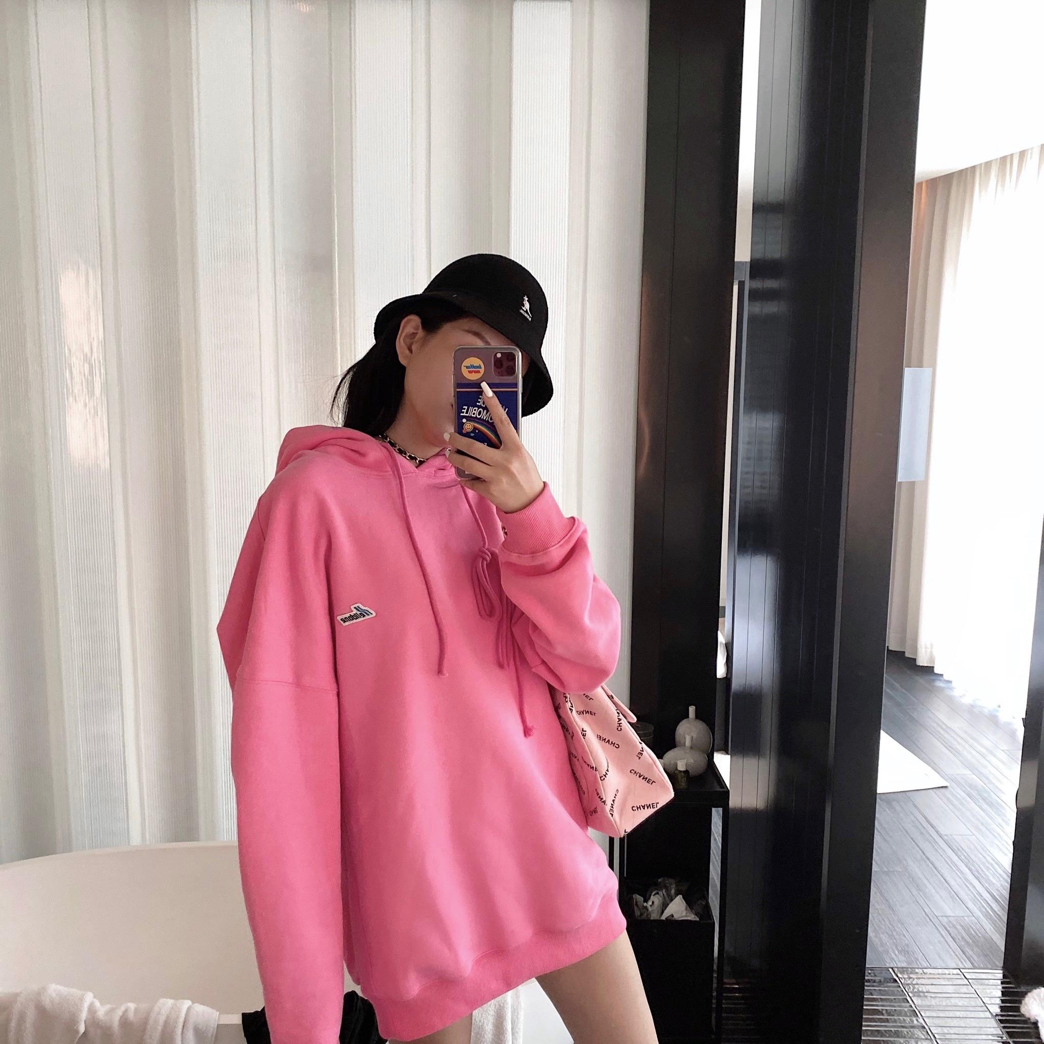减龄衬肤色,就要穿这样的粉色卫衣