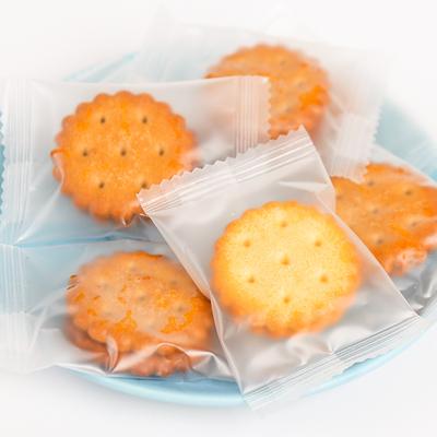 网红麦芽小饼干咸蛋黄饼干黑糖味夹心办公休闲零食点心小圆饼散装