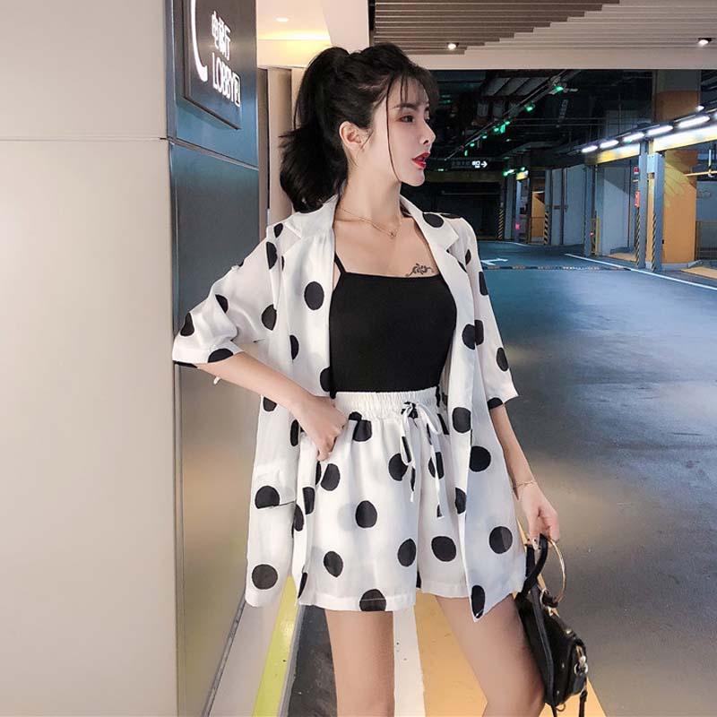 Mùa hè 2020 mới thời trang Hàn Quốc chấm bi nhỏ phù hợp với áo khoác mỏng eo cao quần ống rộng quần short quần hai dây phù hợp với nữ - Bộ đồ