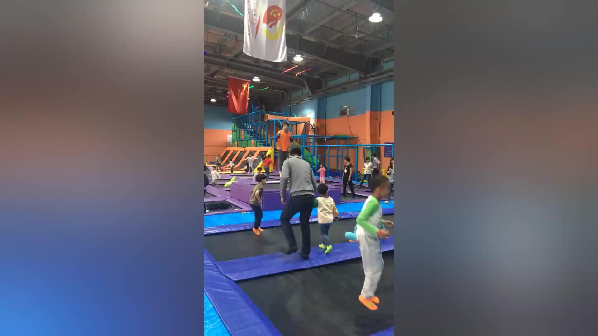 Professionale bambini che saltano trampolino commerciale coperta attrezzature del parco