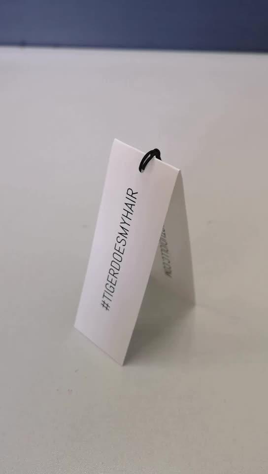 カスタムロゴデボス段ボール折り畳ま衣服ハングタグ文字列を持つ