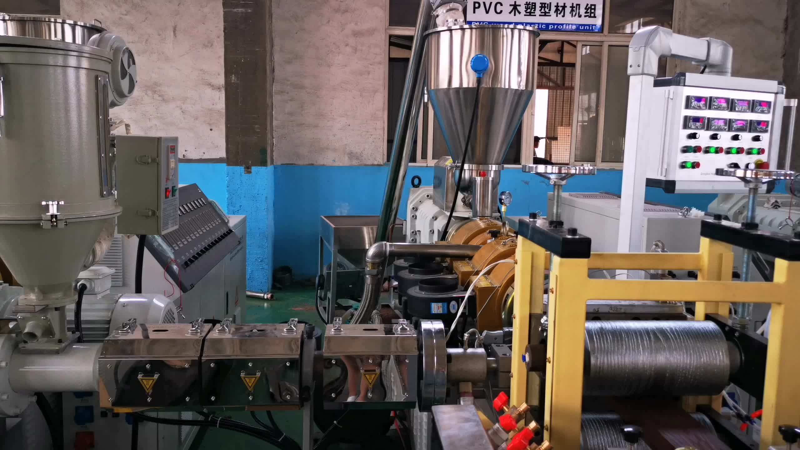 PE WPC co-extrusion decking making machine  with different color for two surface manufacturer price