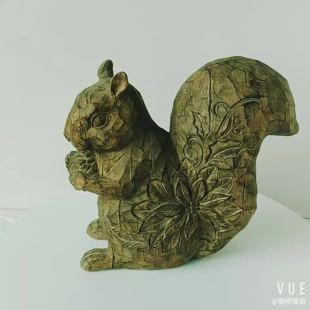 Home Decoration Wood Look Resin Squirrel Figurine with Pinecone Polyresin Squirrel Statue Tabletop Decoration
