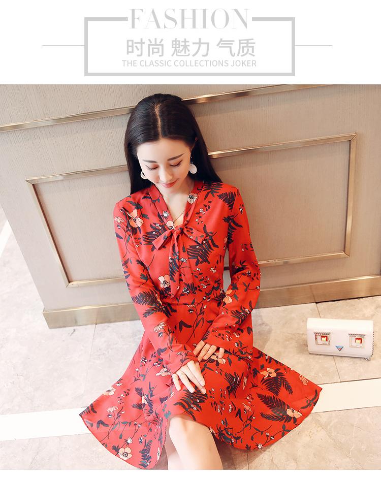 """酒红色+收腰喇叭袖连衣裙+小高跟鞋,""""再不扮嫩就老了""""轻松穿出你的优雅格调!"""
