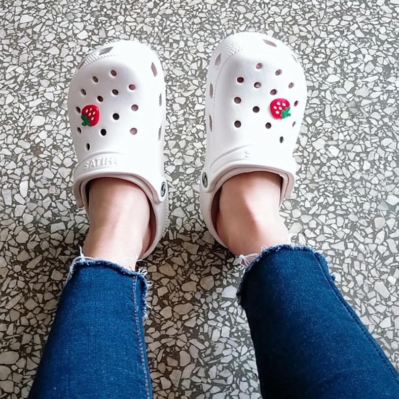 夏季新款白色洞洞鞋女护士大码平底凉鞋v白色拖鞋鞋40-41-42凉沙滩