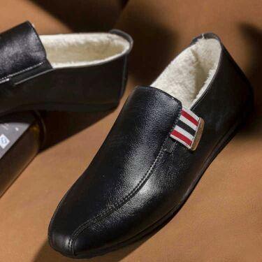 黑色豆豆鞋男加绒保暖冬季棉鞋一脚蹬毛毛瓢鞋亮面漆皮休闲皮鞋。