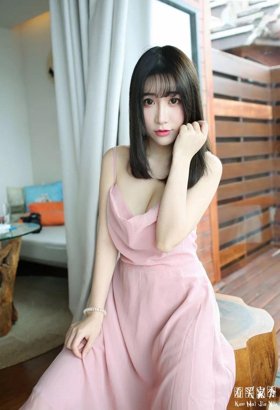 小姐姐依稀粉色吊带裙买家秀,仙女味十足,就是为什么老把裙子掀起来拍照呢?1