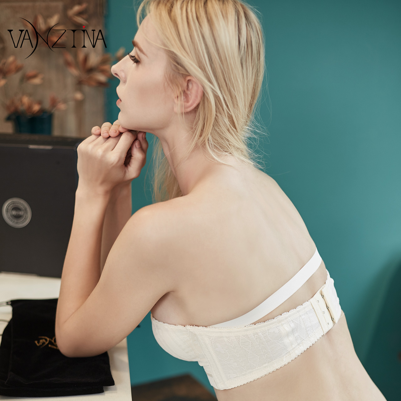 61e5a728d0 Strapless invisible underwear women gather non-slip upper support chest  stickers female wedding with small chest tube top without steel ring bra ...