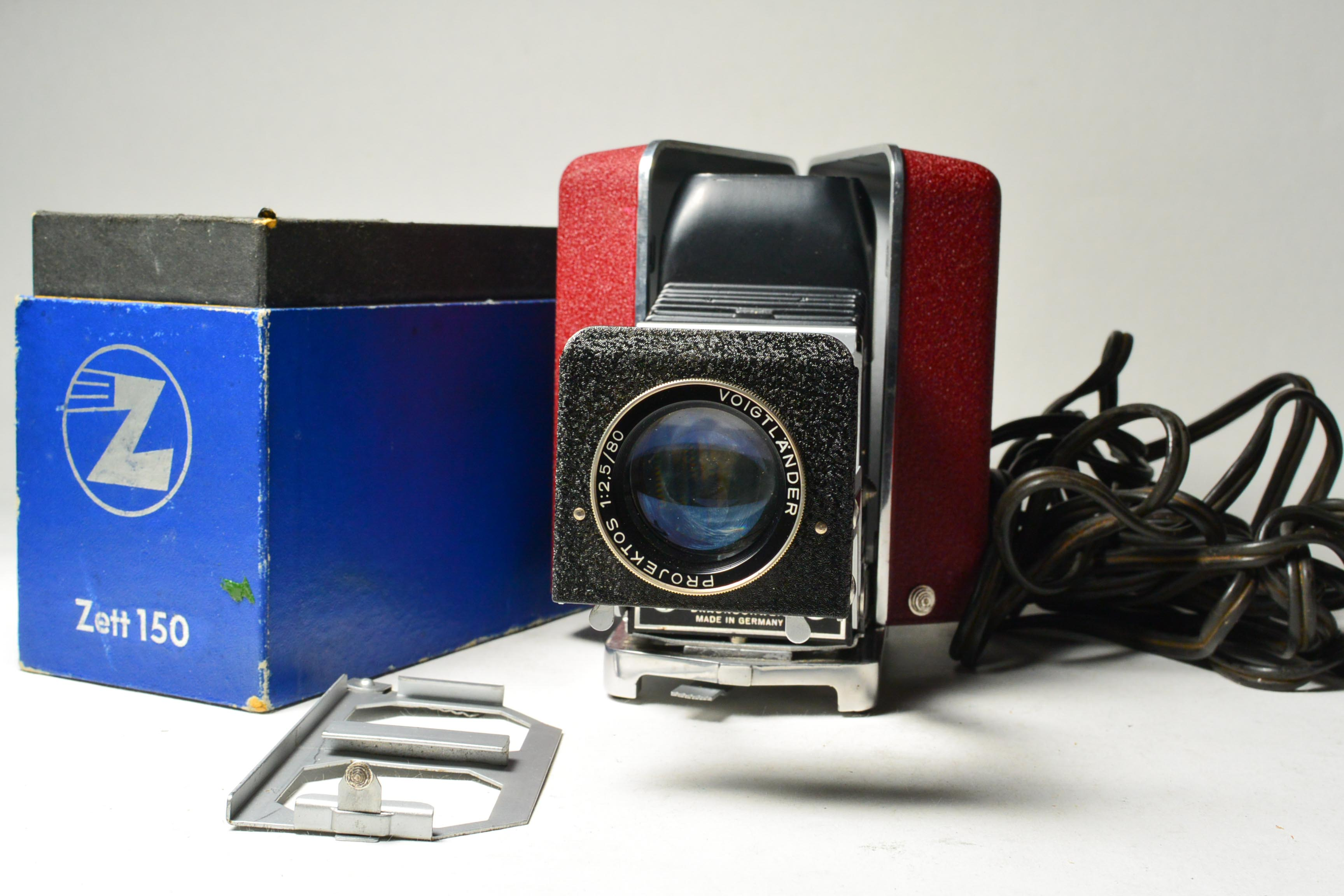 German-made zett 150 mini folding slide projector with a good color of the  lens