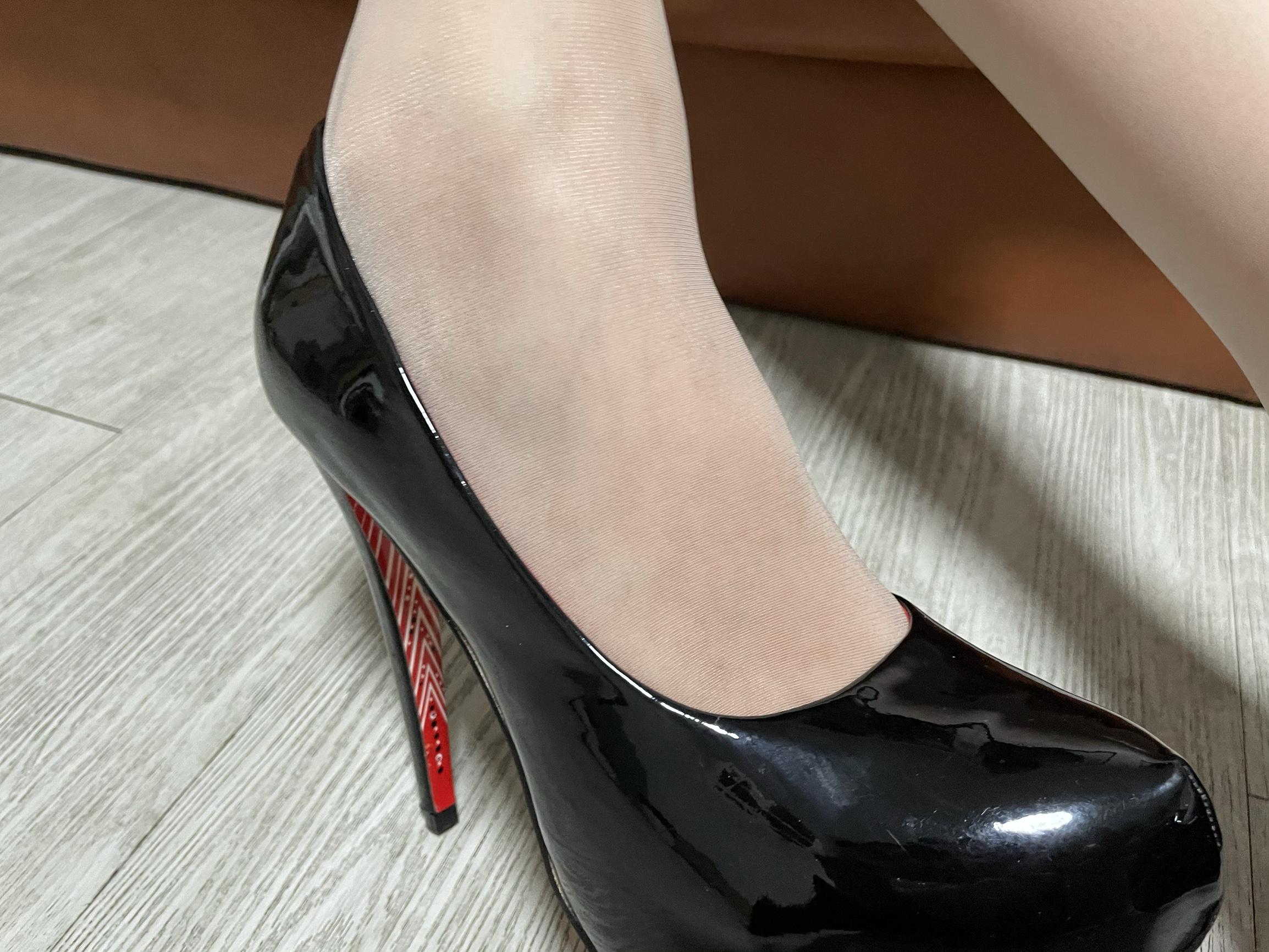 小姐姐躺平了哇给力美腿高跟鞋