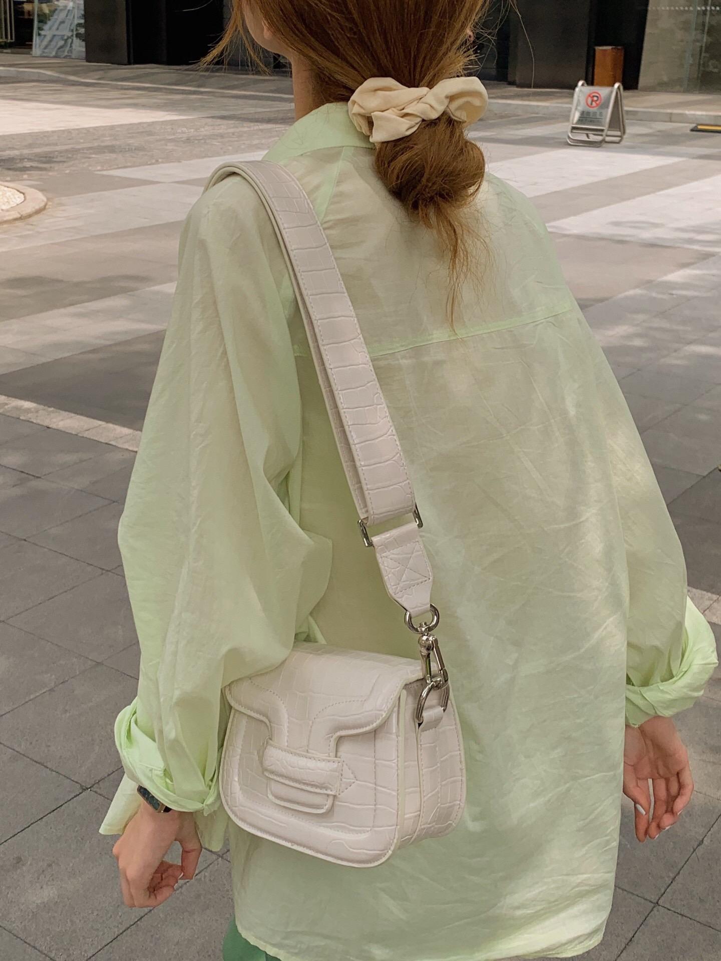 新款官方玛瑙马鞍包斜挎包单肩手提包夏季品黑白紫详细照片