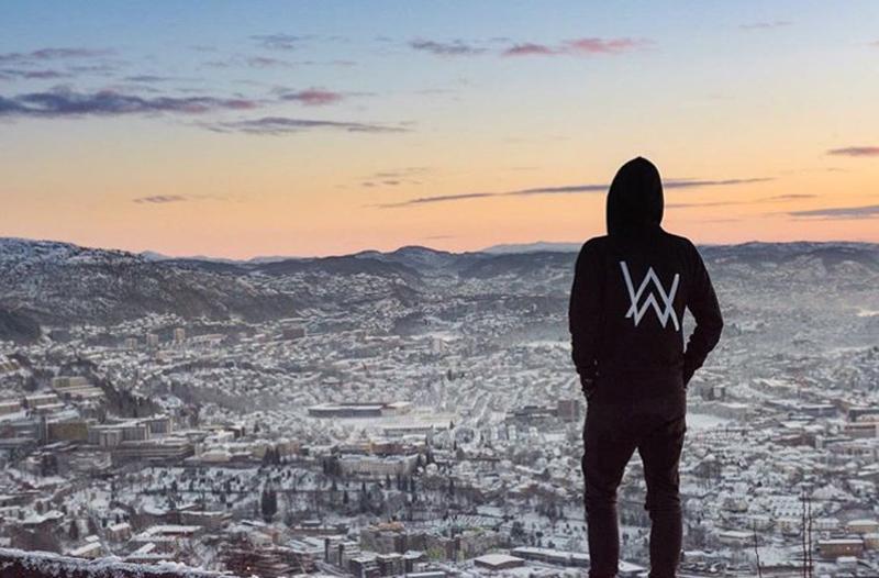Mùa xuân và mùa hè thanh niên dây kéo phần mỏng Allen Walker Alan Walker áo len đã bị mờ với bộ đồ áo len cùng một người đàn ông