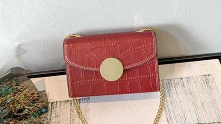 热情洋溢的红色小方包,彰显时尚高雅气质2