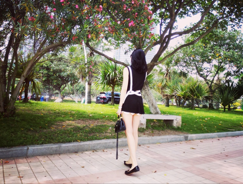 Aviva地球店 立体裁剪压褶白花瓣边黑色高腰短裙裤 百褶裙