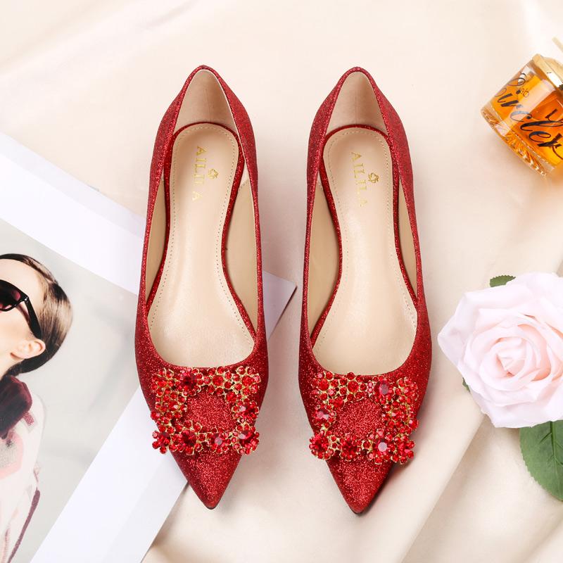 婚鞋女冬2018新款平底红色新娘百搭舒适尖头方扣水钻孕妇平跟单鞋