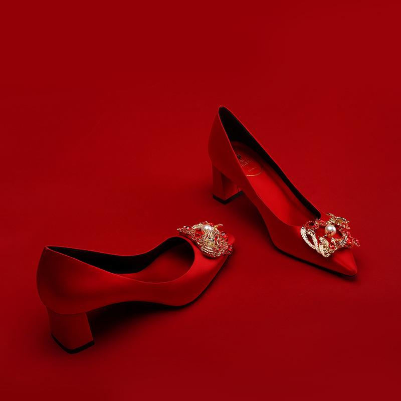 高端婚宴鞋红色新娘婚鞋女孕妇粗跟龙凤扣结婚鞋秀禾服婚纱高跟鞋_领取30元天猫超市优惠券