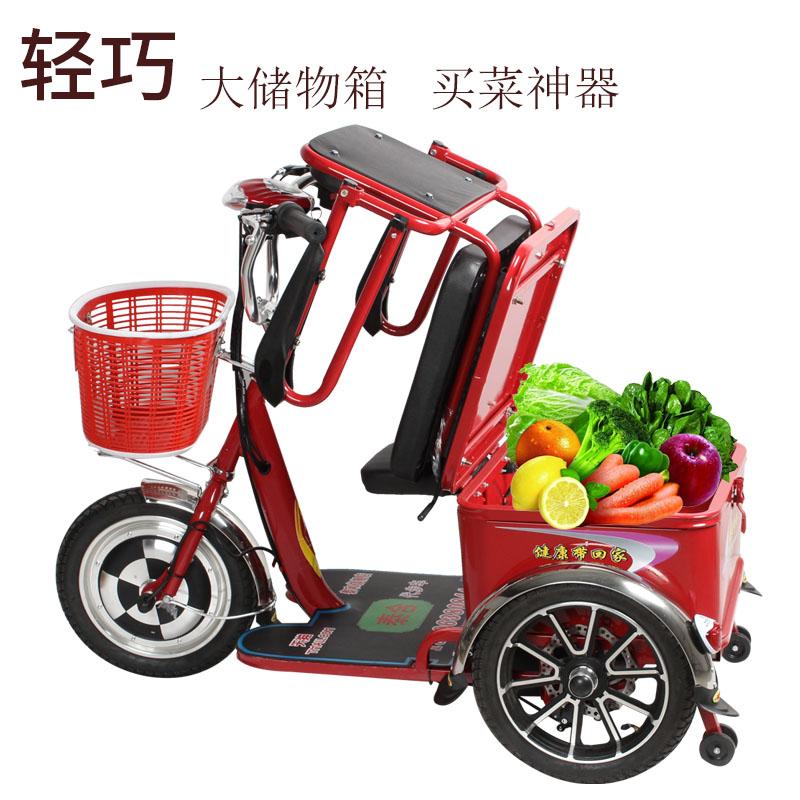 Пожилой электрический трехколесный велосипед с пожилым отключенным электрическим трехколесным аккумулятором может входить и выходить из лифта электрического трехколесного велосипеда