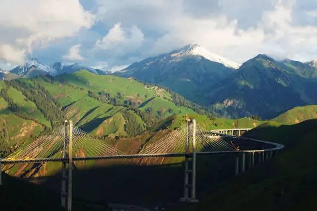 驰骋在新疆最美的公路上神奇或险