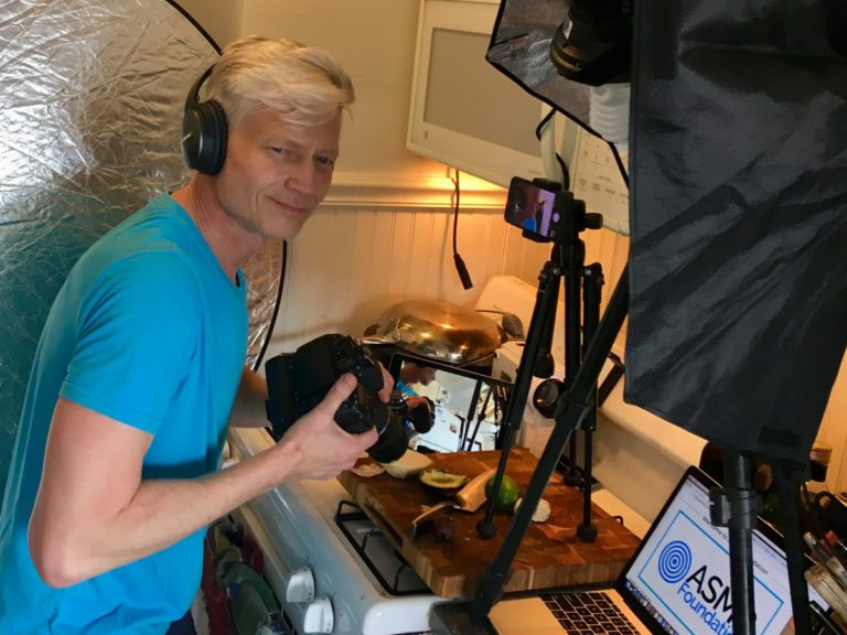 前电视调查记者Russ Ptacek正在非常投入的调查ASMR视频