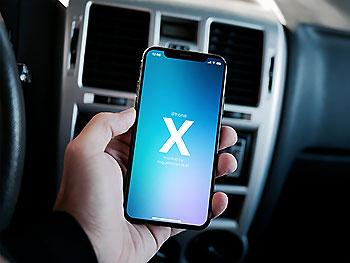 漂亮的在汽车场景里的iPhone X UI设计展示模型(Mockups)下载[PSD]