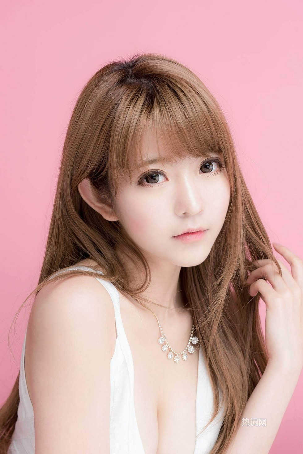 韩国第一美少女朴善慧白色低胸连身裙性感迷人写真
