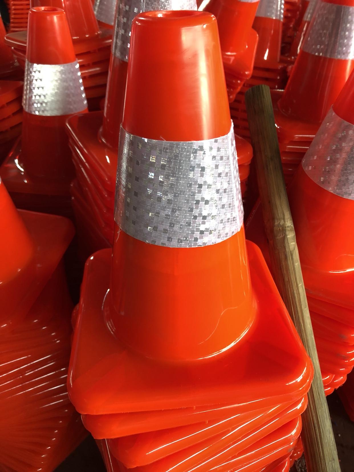 70cm rubber road cone PVC road cone plastic square cone do not parking  parking ice cream bucket barrier roadblocks