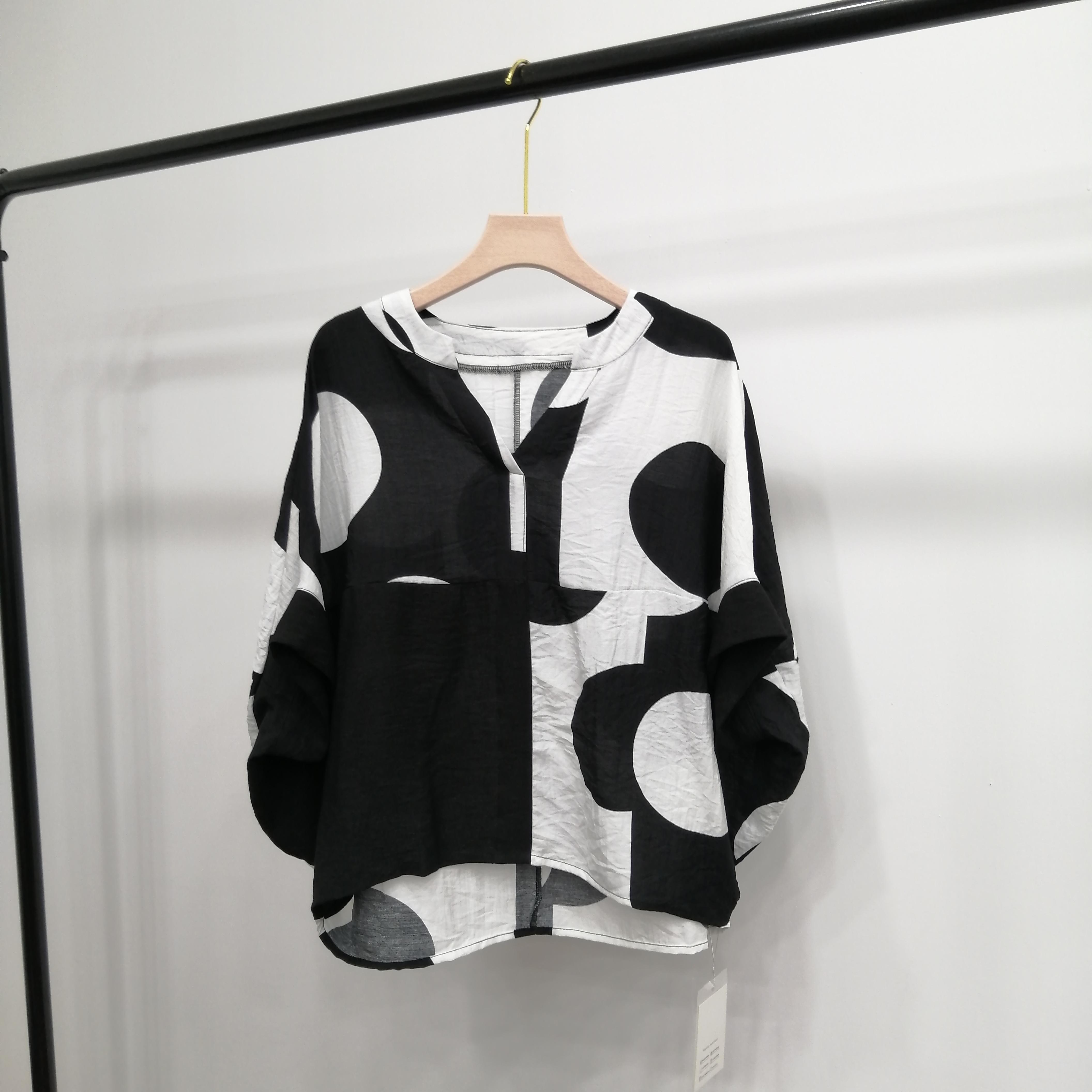 【红姐严选】时尚宽松不规则大波点丝麻V领大码上衣小衫9802