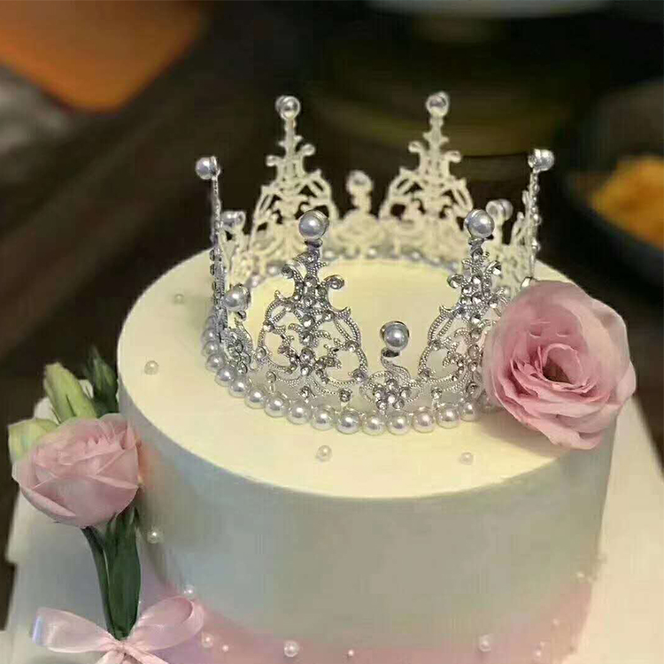 Admirable Birthday Cake Decorated With Crown Ornaments Pearl Crown Net Red Funny Birthday Cards Online Elaedamsfinfo