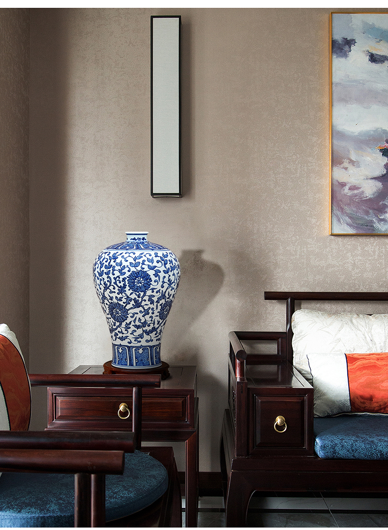 To the blue - and - white porcelain industry Wan Shouteng hand - made of vases