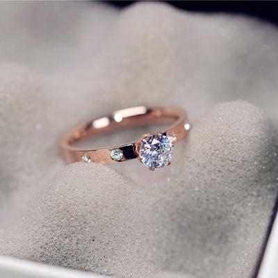 韩版简约闪亮单钻求婚戒指女镀18K玫瑰金钛钢食指环戒子J019