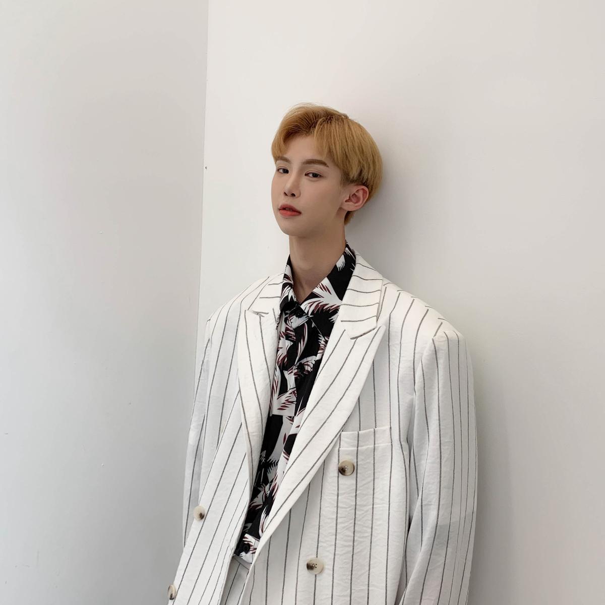 白口阳 夏季新款韩版时尚条纹白色西服外套宽松休闲网红小西装男