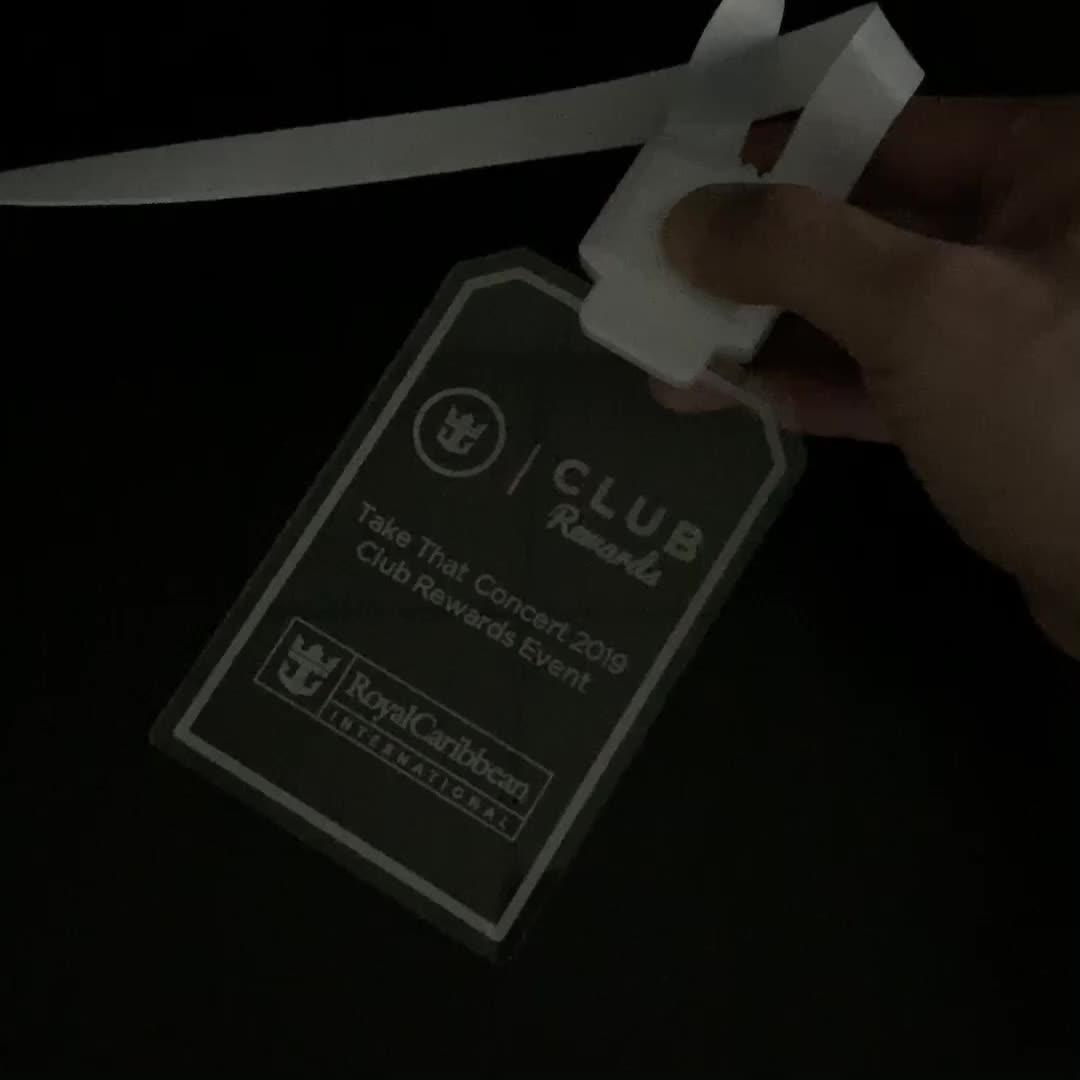 ที่กำหนดเองโลโก้แกะสลักเลเซอร์ที่มีสีสัน Light Up อะคริลิค ID Card ผู้ถือ LED lanyard