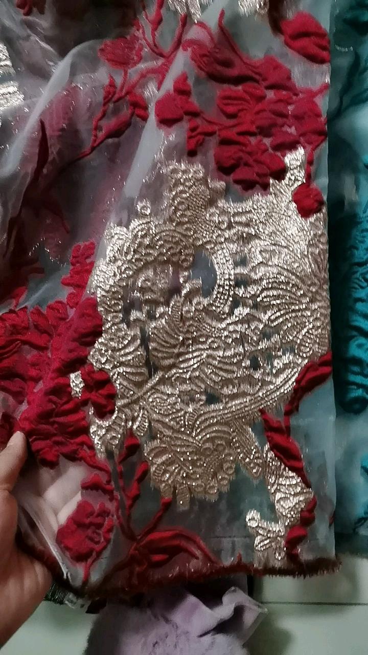トップ品質の素材と刺繍柄ジャカード錦織デザインのウェディングドレスの生地を出荷する準備