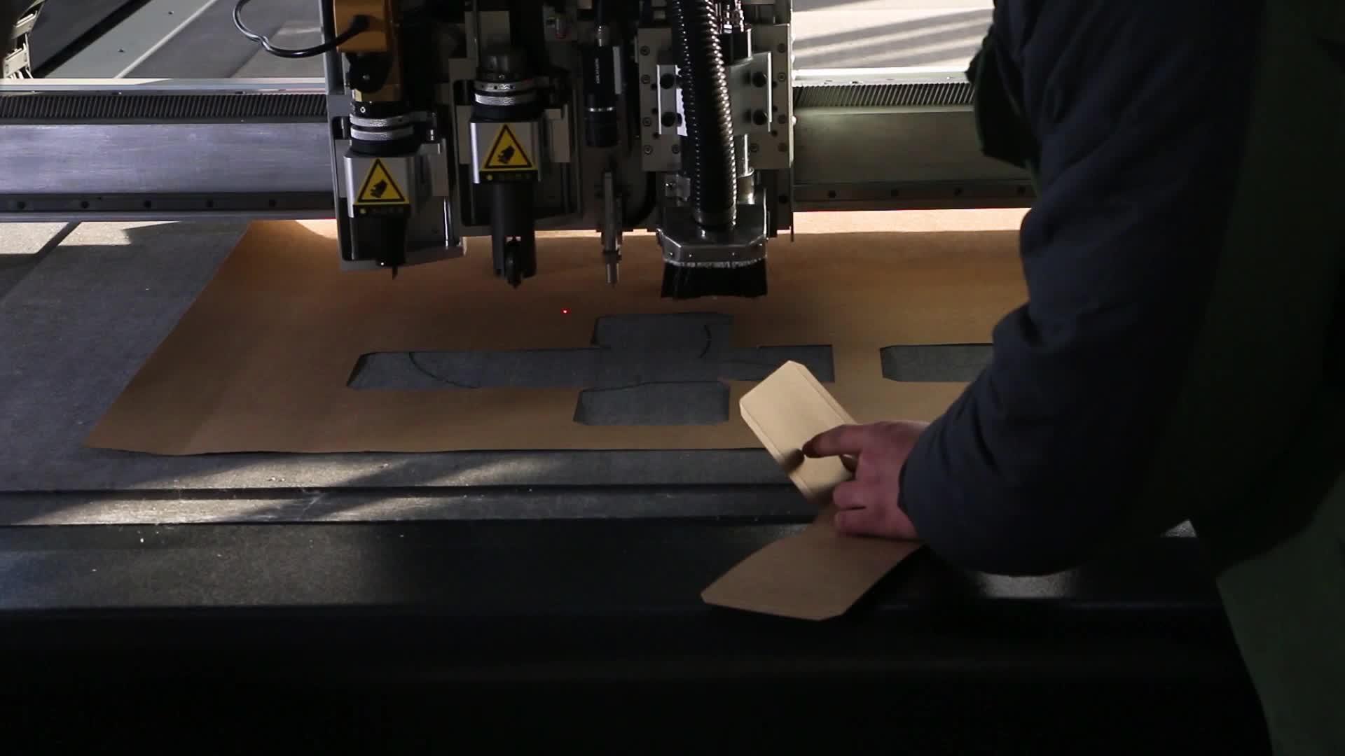 Berkualitas Tinggi Makan Otomatis Cnc Karton Kotak Sampel Panel Plastik Mesin Pemotong