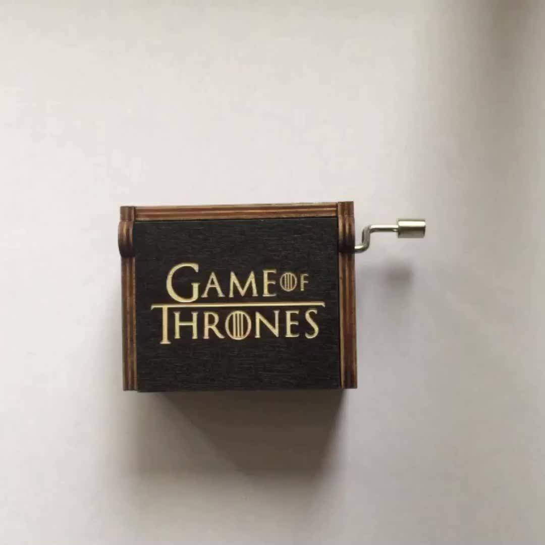 ขายส่งที่กำหนดเองไม้แกะสลักมือ Crank เกม of Thrones เพลงกล่องสำหรับงานแต่งงานวันเกิดคริสต์มาสของขวัญ
