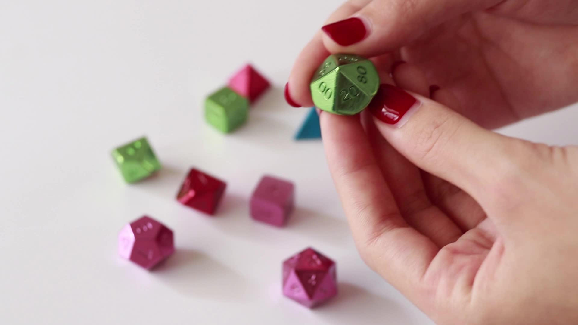 Nieuwe ontwerp polyhedral kleurrijke acryl wervelende metalen 12mm aangepaste dobbelstenen