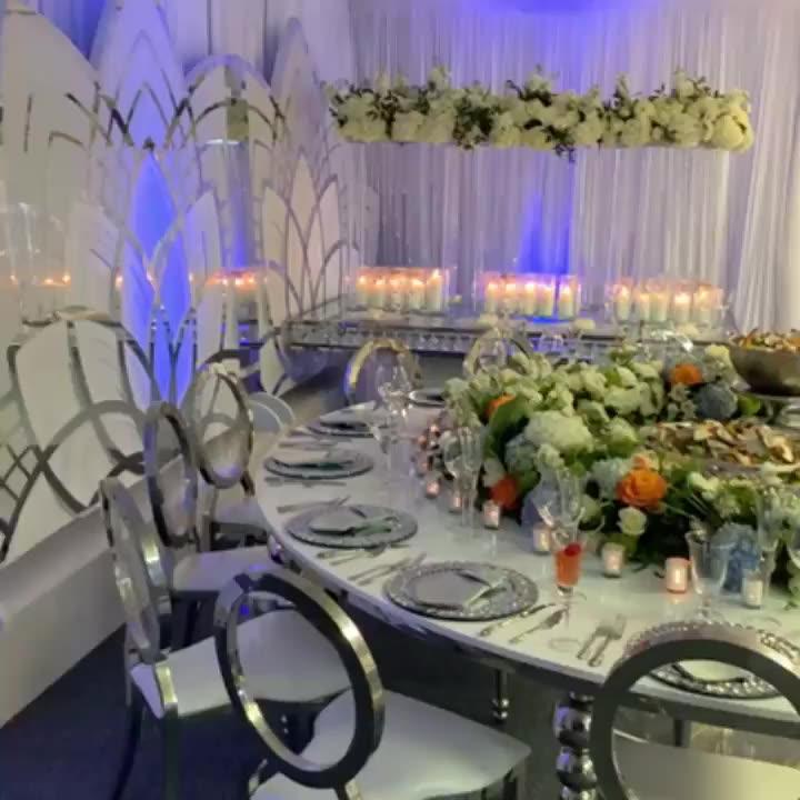 Mesa de boda de plata y acero inoxidable con forma ovalada y ojo