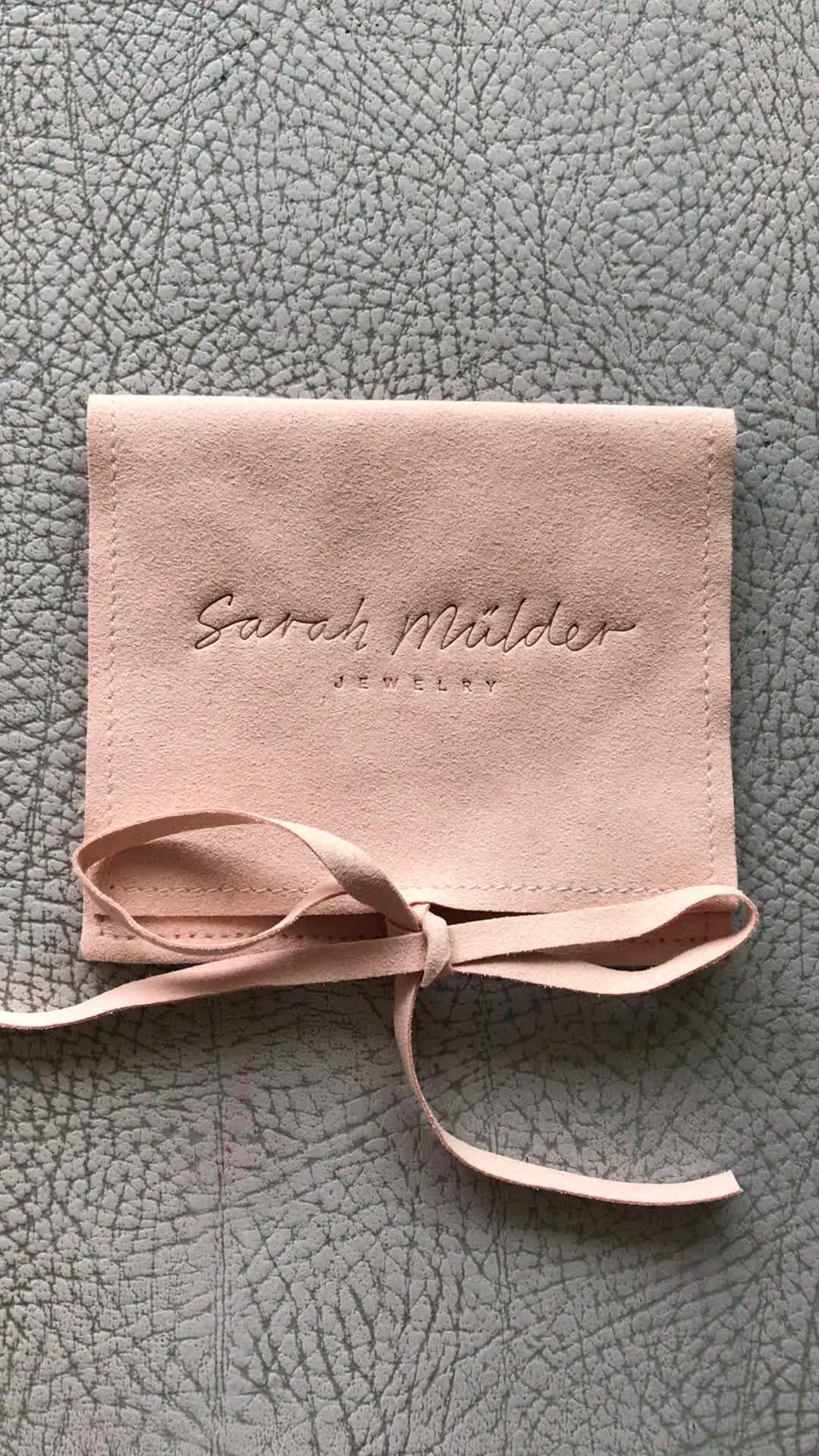 Mini takı kadife kılıf çanta kolye/küpe düğmesi ile 4.5*3 inç kabartmalı logo ile