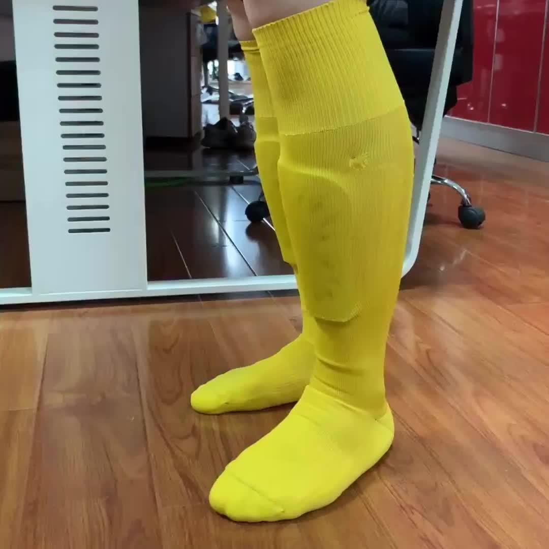เด็กชายเข่าสูง shin guard ฟุตบอลถุงเท้าฟุตบอลด้วยกระเป๋า